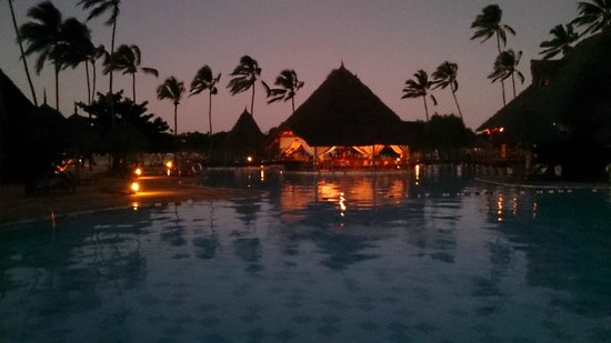 Neptune Pwani Beach Resort & Spa: piscine et resto pizza en soirée