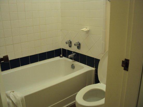 Uncle Billy's Kona Bay Hotel : Banheiro pequeno bem antigo