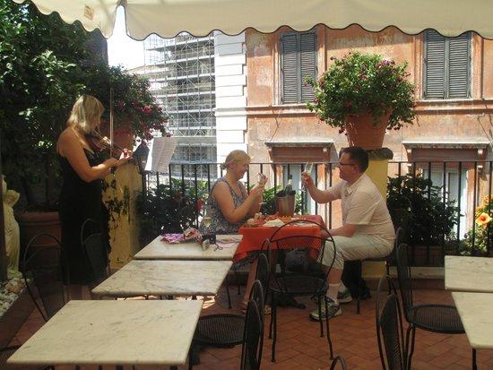 Relais Fontana Di Trevi : Happy Couple