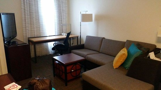Residence Inn Phoenix Airport: Living area