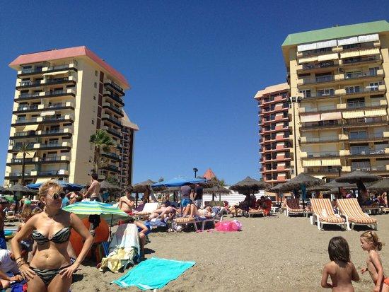 Hotel Las Pirámides: vistas de la playa hacia el hotel esta en segunda fila