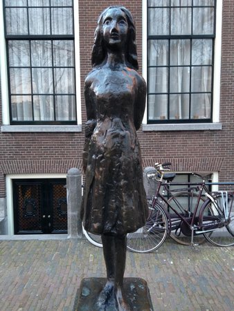 Anne Frank House: Statue of Anne Frank