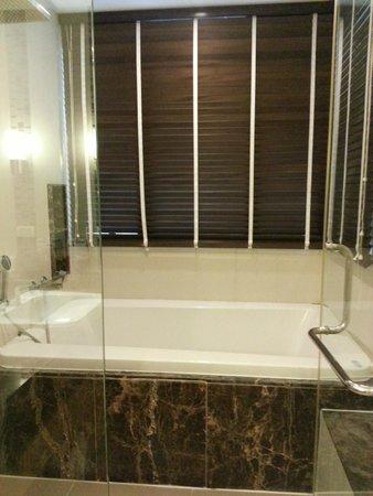 39 Boulevard Executive Residence Hotel: Love the tub