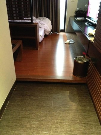 iTaipei Service Apartment : Raised wooden floor (must beware)