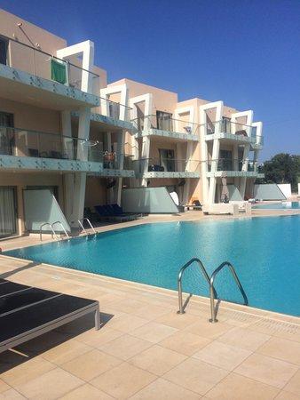 Eden Roc Resort Hotel & Bungalows : Bungalow pool view. Building.  Бунгало с бассейном. Вид на здание.