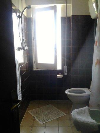 Hotel Umberto: Doccia con vista wc, wc con vista doccia!