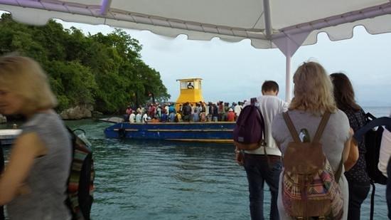 Luxury Bahia Principe Cayo Levantado : The workers finish their shift