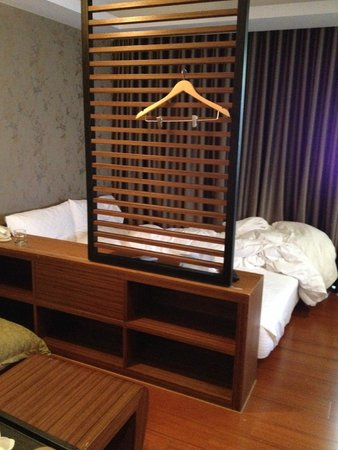 iTaipei Service Apartment : No allowance beside the bed, can only get out of bed from the feet area