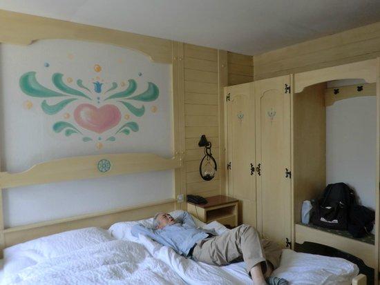 Romantik Hotel Schweizerhof: トールペイントの部屋飾り