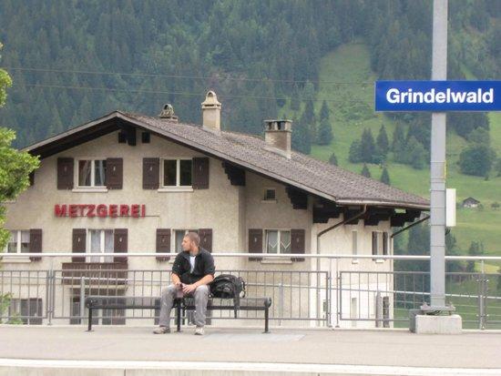 Romantik Hotel Schweizerhof: 駅も近い