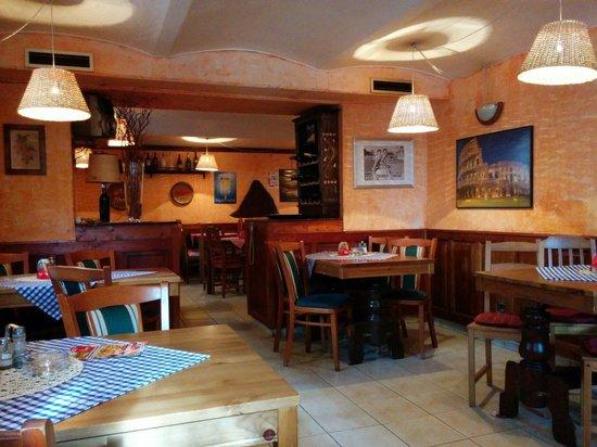 Pizzeria  Ristrorante Caruso: Quite nice interior