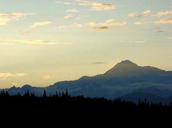 Mt. McKinley Princess Wilderness Lodge: Sunset from lodge deck