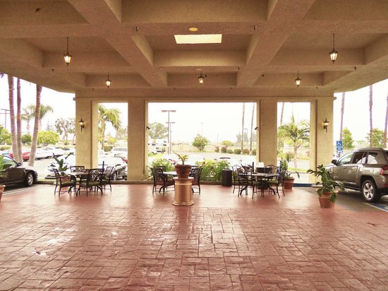 Best Western Plus Anaheim Orange County Hotel: Main Entrance - Seating area at main entrance