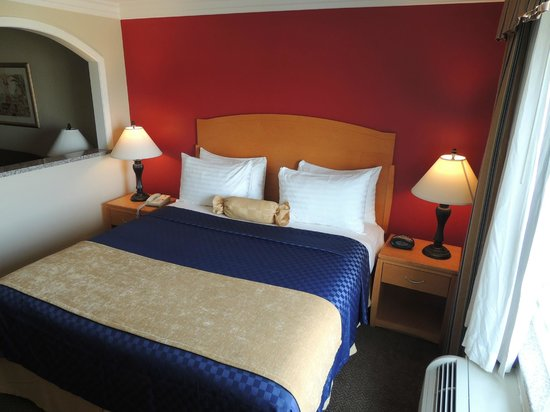 Best Western Plus Anaheim Orange County Hotel: King Bed Room - Pristine sheets and Daily Housekeeping