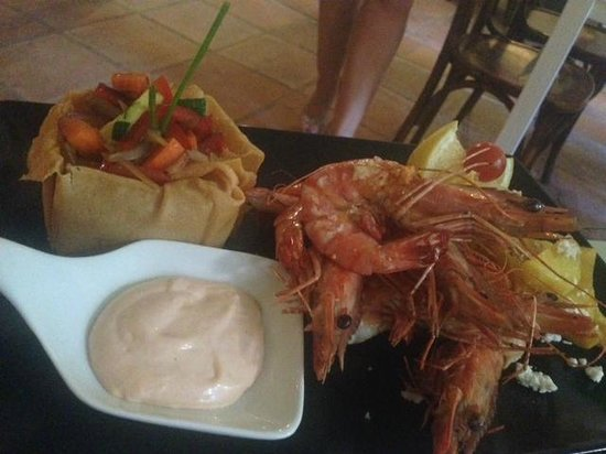 Yamas Restaurant: lovely gambas cooked at the table for us