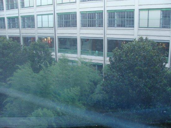 NH Torino Lingotto Congress : Vue depuis la chambre sur le jardin et le centre commercial