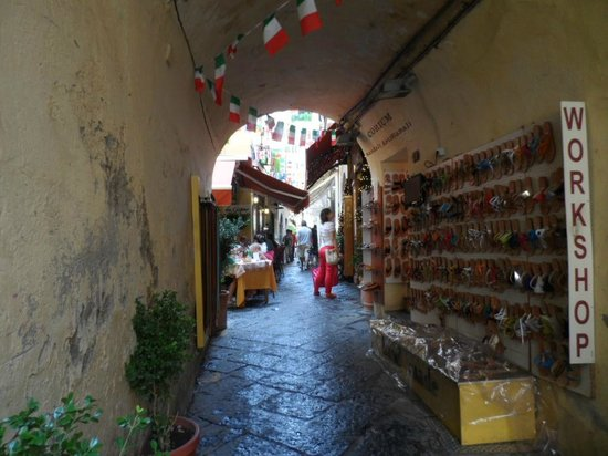 Grand Hotel Ambasciatori: rue typique Sorrento - les artisans