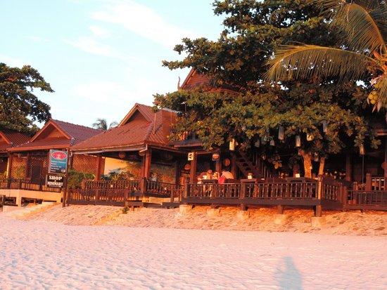 Salad Hut Bungalows: Restaurant bei Sonnenuntergang