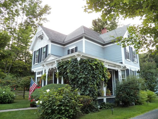 Main Street Bed and Breakfast: Property coming up Main from downtown
