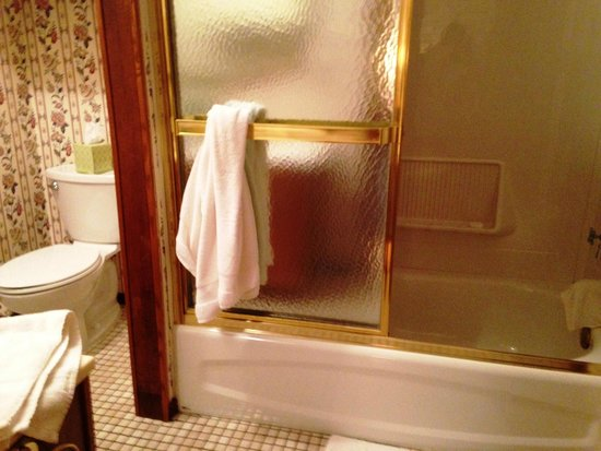 Main Street Bed and Breakfast: Shower Tub in bathroom