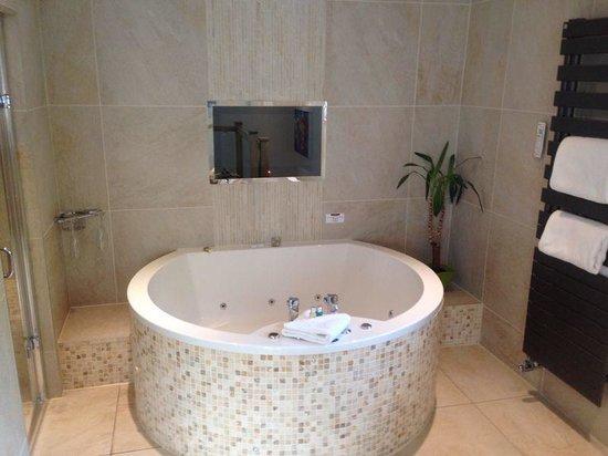 Aphrodites Boutique Hotel: Spa bath and TV