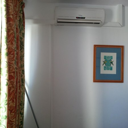Hotel Playasol Riviera: Air con unit dripping down wall near plug socket