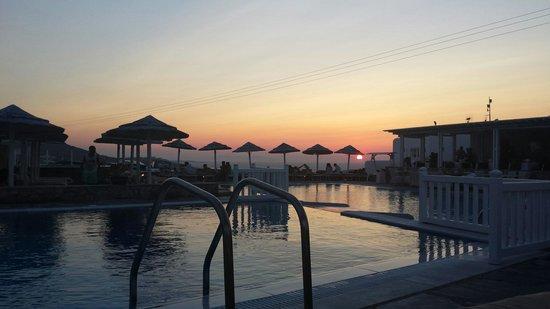 Myconian K Hotels: Tramonto dalla piscina dell hotel