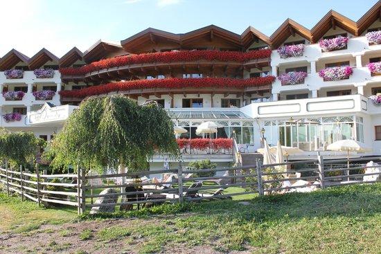 Hotel Sonnalp: La luminosa e floreale facciata del Sonnalp