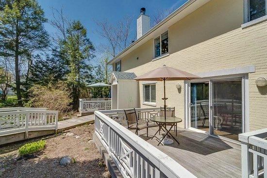 New Buffalo Inn & Spa: Backyard Decks