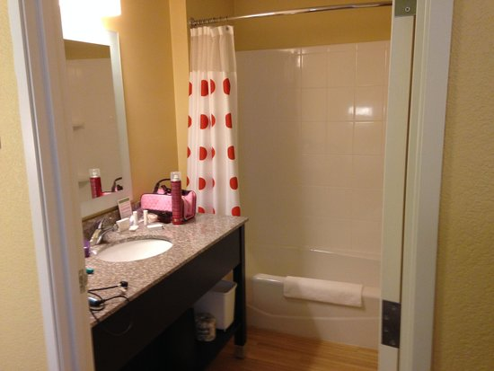 TownePlace Suites by Marriott Saginaw : Nice large bathroom - loved the wood floor!