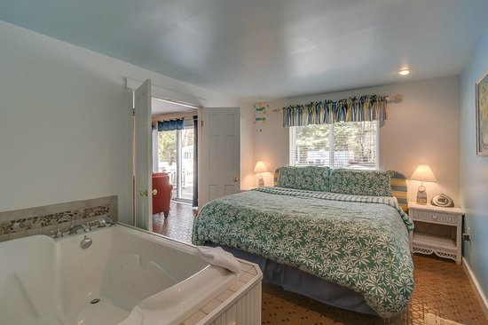 New Buffalo Inn & Spa: Galien Room Bedroom with Ultra Jetted Tub
