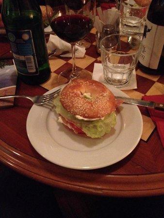 Spinoza Cafe : Bagel salmone formaggio fresco cipolla pomodoro e lattuga