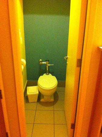 Novotel Santiago Vitacura: Vaso sanitário separado da pia e ducha