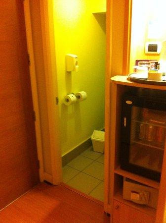 Novotel Santiago Vitacura: Entrada da casinha do vaso sanitário