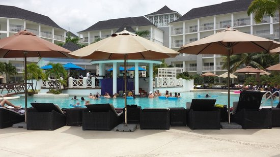 Secrets St. James Montego Bay: Swim up pool bar, very busy at all times