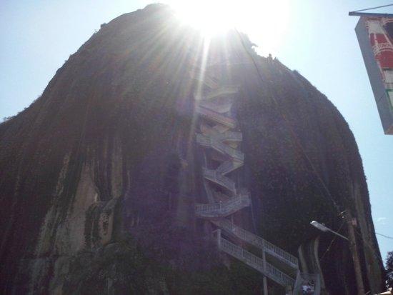 Piedra del Peñol: Sol y sombra sobre el peñol
