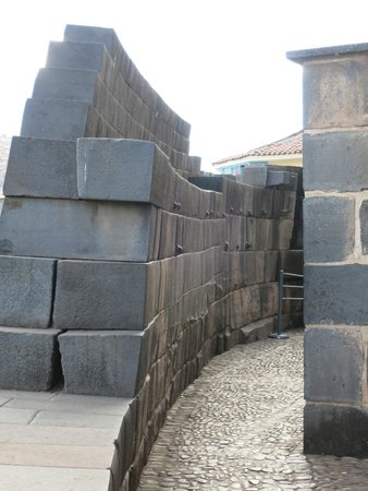 Convento de Santo Domingo: curved Inka wall