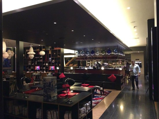 citizenM London Bankside: The bar for breakfast and dining