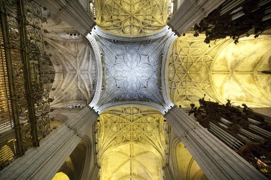Catedral de Sevilla: The roof decoration high above you