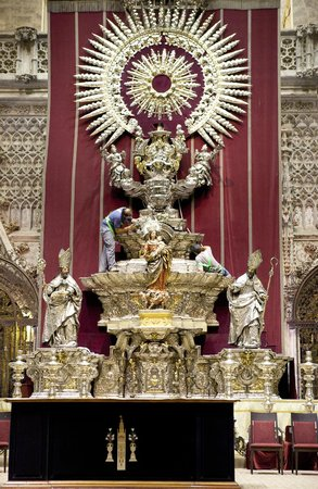 Catedral de Sevilla: One of the altars under restoration or cleaning