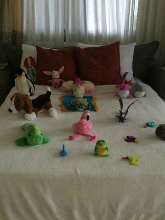 Arenas del Mar Beachfront & Rainforest Resort : Everyday, housekeeping will do my daughters bed like this ;-)