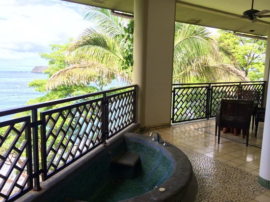 Arenas del Mar Beachfront & Rainforest Resort: I want a balcony like this, in my house. Beautiful!