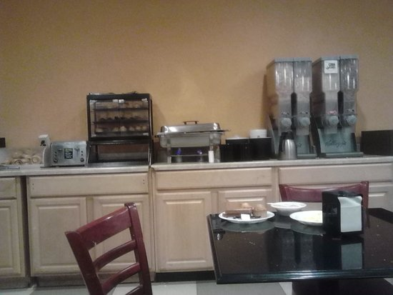Ramada East Orange: Breakfast Counter 1