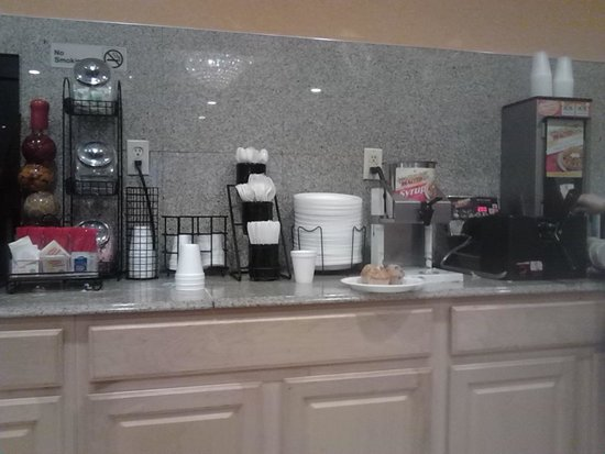 Ramada East Orange: Breakfast Counter 2