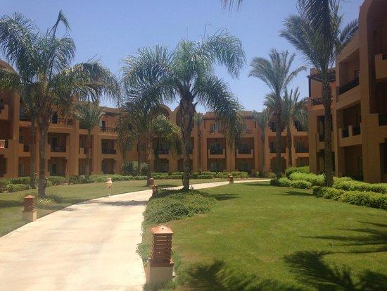 Stella Di Mare Beach Resort & Spa Makadi Bay: Аллея между корпусами