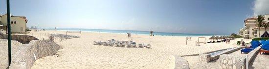 Grand Park Royal Cancun Caribe: White sand on the beach