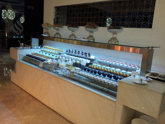 Jumeirah at Etihad Towers: Buffet/dessert