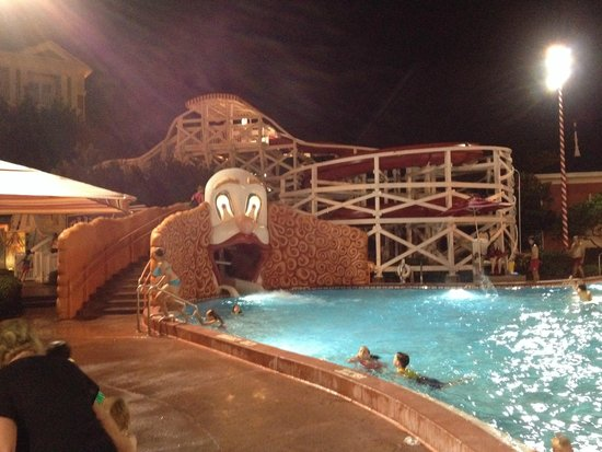 Disney's BoardWalk Inn: Pool at night