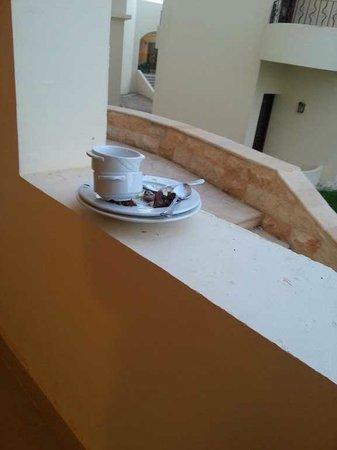 Coral Hills Resort Marsa Alam : stoviglie per giorni sui balconi e nei corridoi della struttura