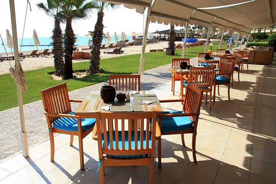 Sidi Abdel Rahman, Mesir: you can have your breakfast or dinner out by the green area and sea